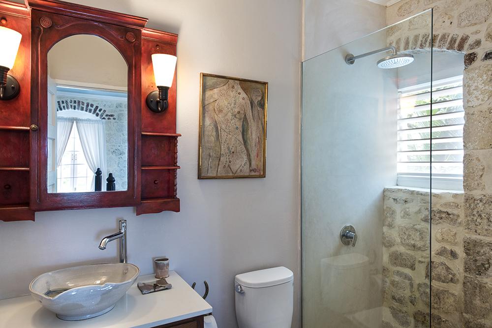 ... with an en-suite shower room.
