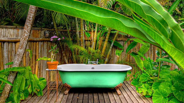 ... and, in a private outdoor courtyard, that iconic jungly bathing area and clawfoot bathtub photographed by countless cameras.
