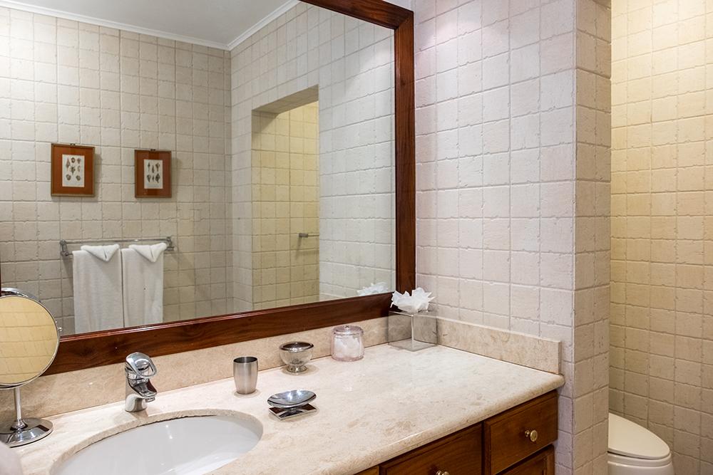... en-suite bathroom.