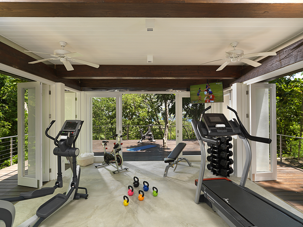 The well-equipped fitness room has an outdoor terrace, yoga deck, shower and optional air conditioning.